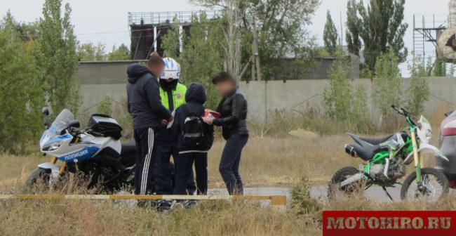 Инспектор ГИБДД в составе мотобата остановил школьника на ПитБАЙКЕ и выписывает штраф