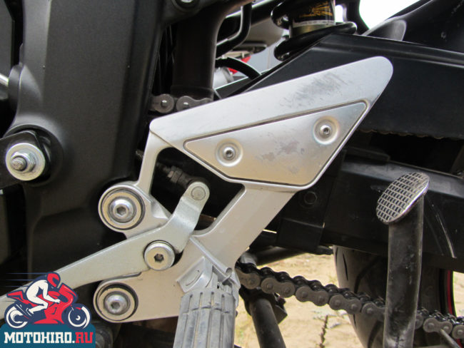 Механизм цепи на входе в коробку передач Yamaha FZ6 вблизи