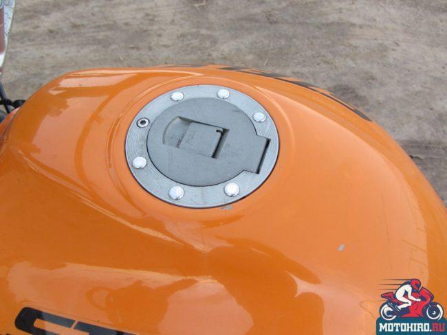 Оранжевый бензобак с пластиковой крышкой на байке Stels FLEX 250