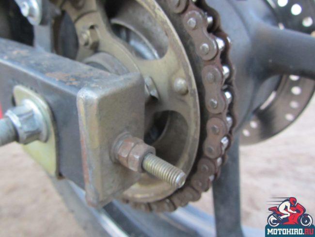 Крепление заднего колеса с натяжителем цепи на маятнике мотоцикла Stels FLEX 250