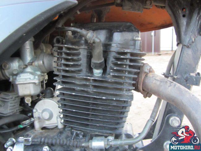 Ребра воздушного охлаждения на цилиндре двигателя мотоцикла Stels FLEX 250