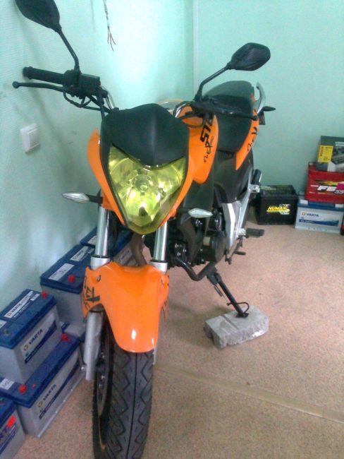 Штатная передняя фара с желтоватым стеклом на мотоцикле Stels FLEX 250