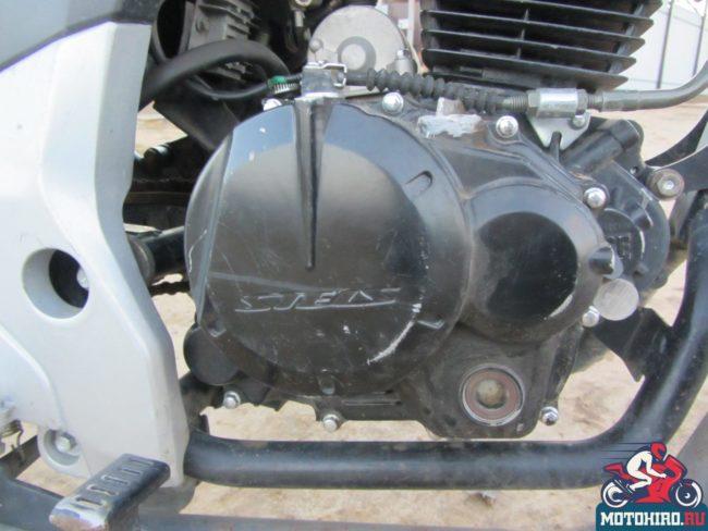 Черная крышка сцепления на двигателе мотоцикла Stels FLEX 250 редакционного экземпляра