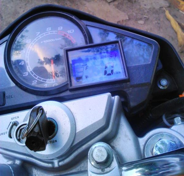 Блики на стекле приборной панели и ключ в замке зажигания на байке Stels FLEX 250