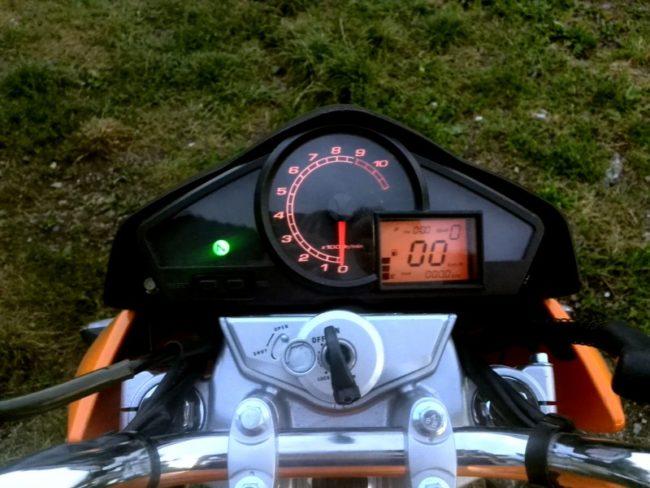 Фото панели приборов на руле китайского мотоцикла Stels FLEX 250 при включенном зажигании