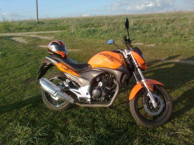 Привлекательный экстерьер малолитражного мотоцикла Stels FLEX 250, вид сбоку