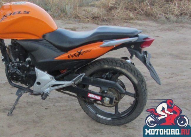 Двойное сидение с мягким наполнителем на мотоцикле Stels FLEX 250 с оранжевым бензобаком