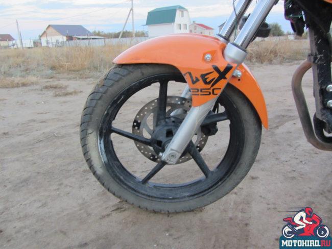 Оранжевое крыло на передней вилке недорого мотоцикла Stels FLEX 250
