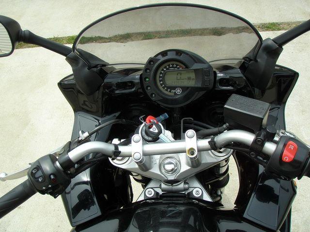 Электронная комбинация приборов и замок зажигания на нейкид-байке Yamaha FZ6 Fazer