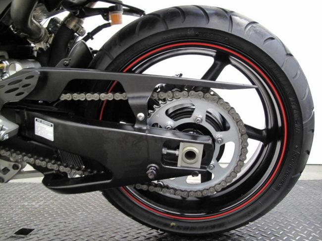 Заднее колесо гоночного мотоцикла Yamaha YZF-R1 с цепным приводом