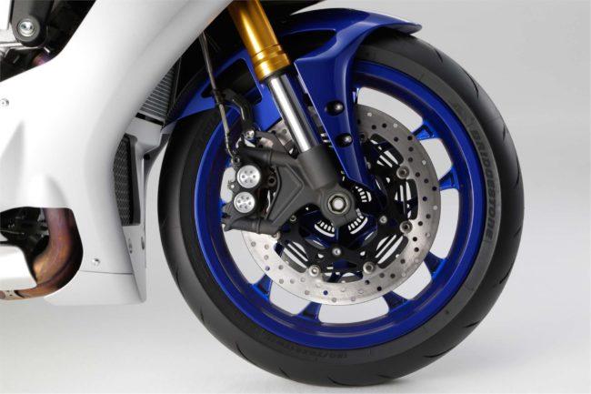 Тормозная система переднего колеса мотоцикла Yamaha YZF-R1 с перевернутой вилкой