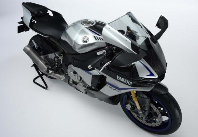 Вид сверху последней модели мотоцикла Yamaha YZF-R1 с серебристым бензобаком