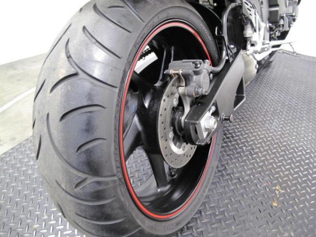 Задняя покрышка на колесе с дисковым тормозом мотоцикла Yamaha YZF-R1