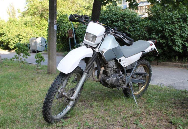 Yamaha SEROW XT 225 в серо-белом пластике на улице