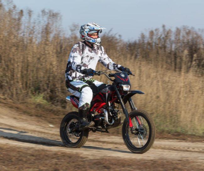 Поездка на внедорожном мотоцикле IRBIS TTR 125 по полевым дорогом