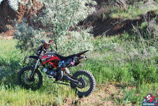 Внедорожный мотоцикл IRBIS TTR 125 с пластиковыми накладками красного цвета