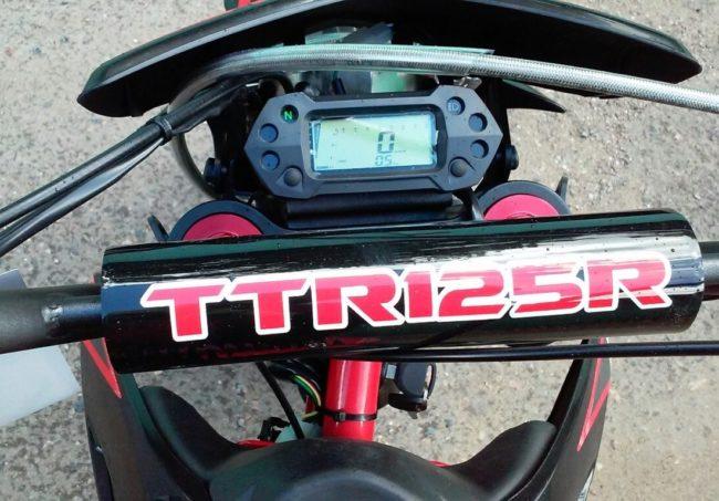 Небольшая цифровая панель приборов на руле мотоцикла IRBIS TTR 125