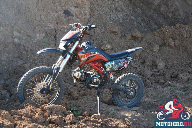 Вид сбоку популярного среди начинающих мотоцикла IRBIS TTR 125