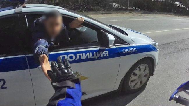 Инспекторы ДПС пытаются остановить водителя питбайка