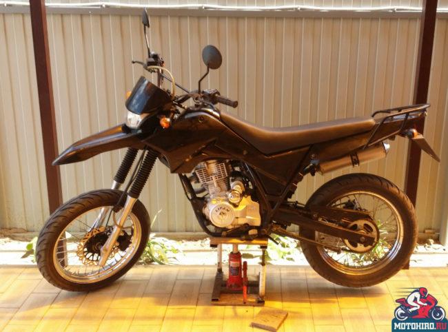 Мотоцикл Лифан LF200-3U мотард версии на мотоподъёмнике с домкратом