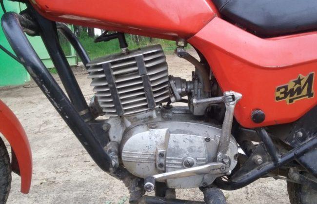 Одноцилиндровый двигатель на отечественном мотоцикле ЗИД Сова 200