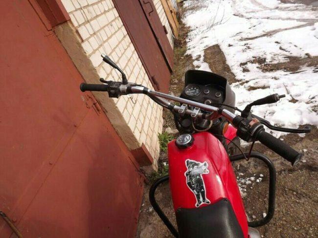 Спортивный руль и приборная панель на дорожном мотоцикле ЗИД Сова 200