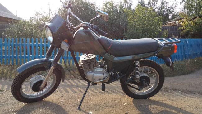 Вид сбоку популярно в прошлом столетии мотоцикла ЗИД Сова 200