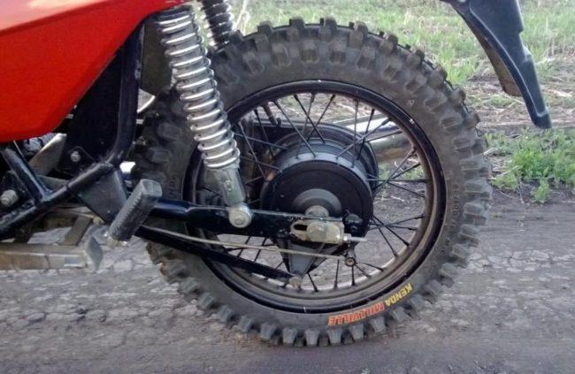 Заднее колесо мотоцикла ЗИД Сова 200 с барабанным тормозом