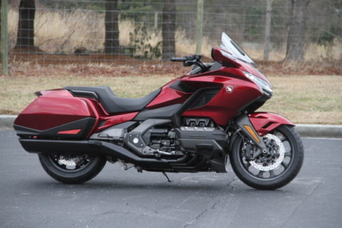 Малиновая окраска туристического байка Honda Gold Wing GL 1800 последнего поколения